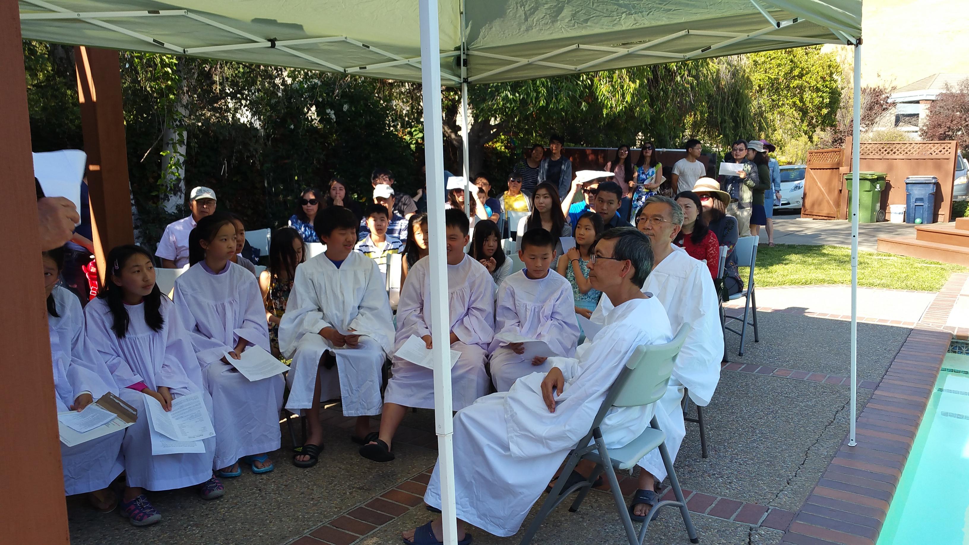 坐在前排要参与受洗的青少年和将要给他们施洗的黎牧师,黄牧师。