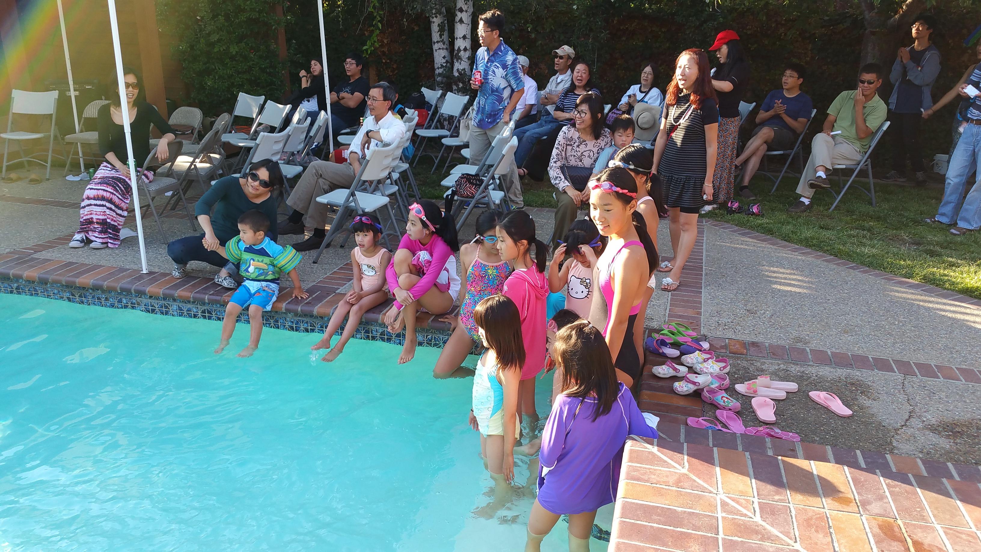 一批孩子们早已等候跳到水中享受快乐时光