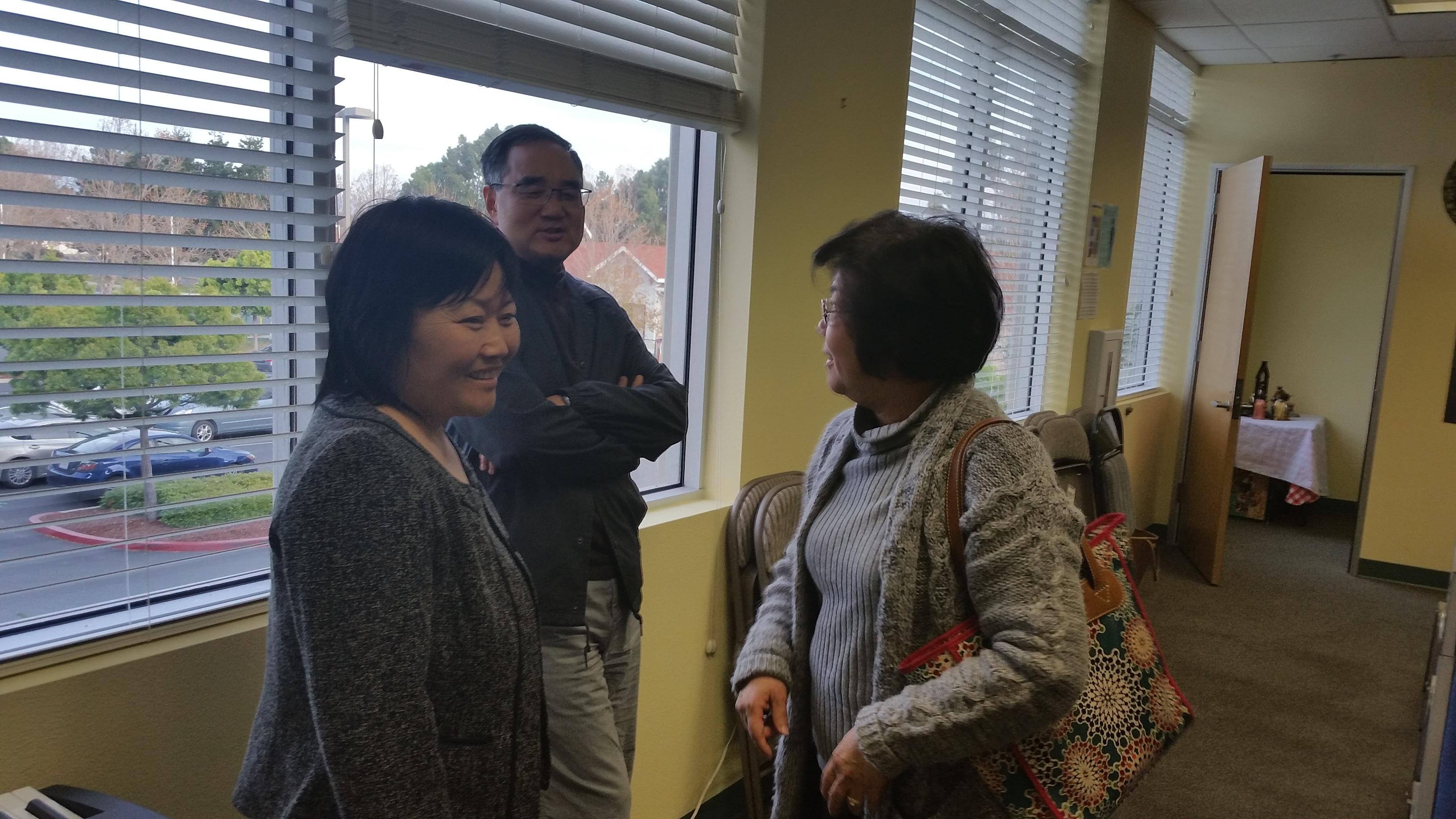 硅谷回音的创始人王晓瑞姊妹(左一)在耐心回答各样的问题。