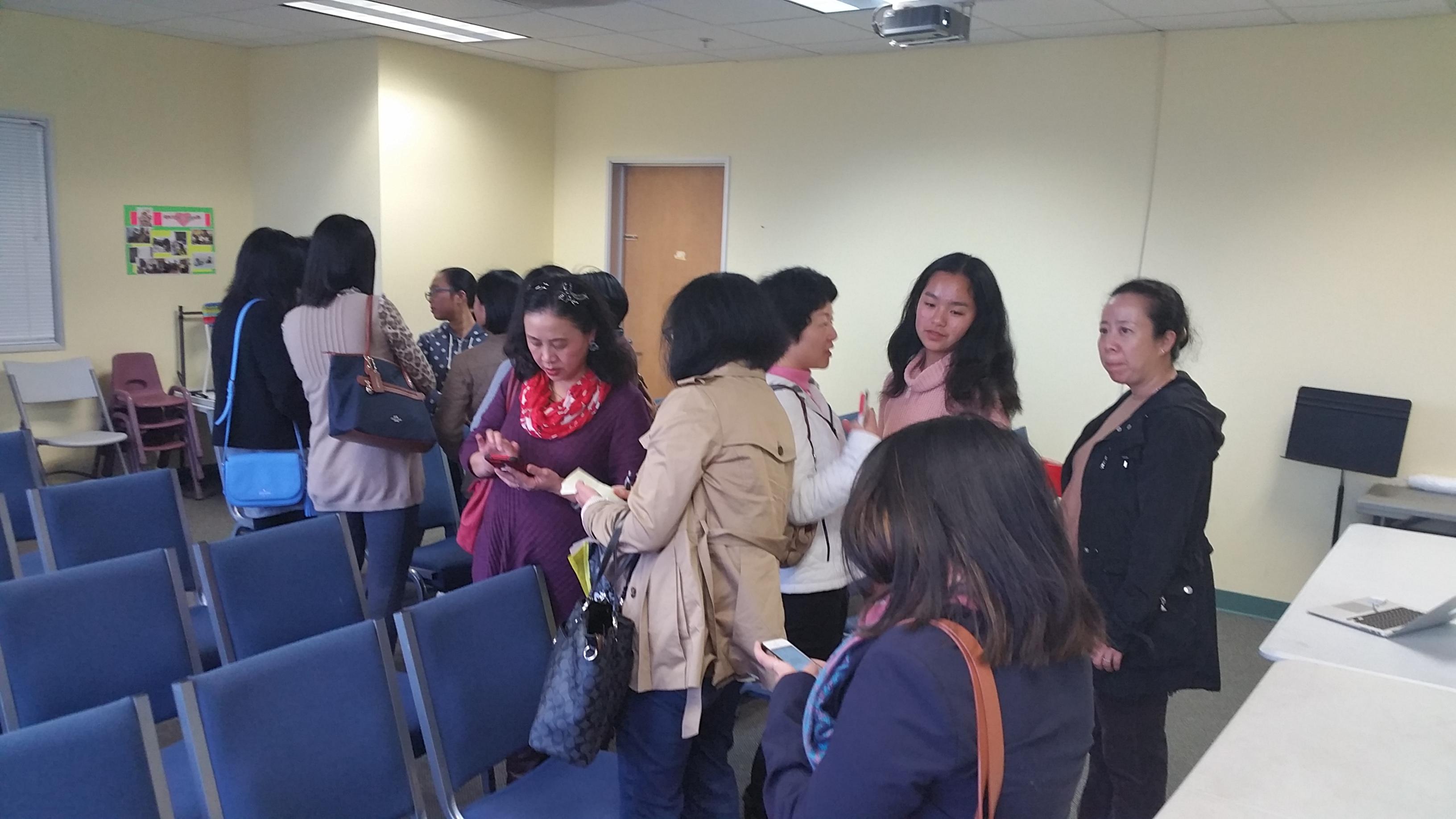 活动结束后,家长们久久不离去要围绕几个讲员学生希望多听些声音。